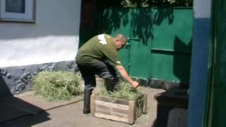 Заготовка сена в домашних условиях.Связываем тюки при помощи ХОЗ.ЛЕНТЫ из ПЭТ бутылок.
