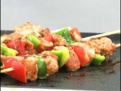 C mo cocinar brochetas de carne youtube for Como cocinar pollo