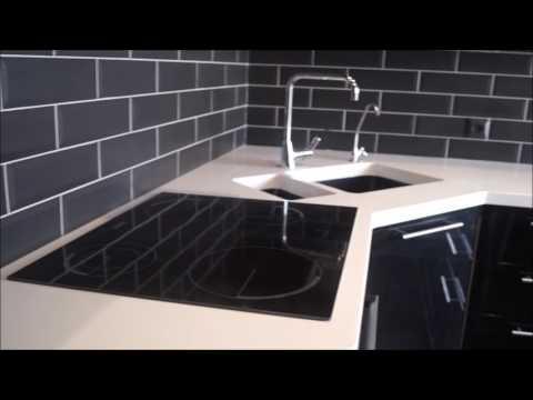Черная кухня со встроенным холодильником. Литая столешница.