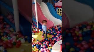 Смотреть видео Играем в бассейне с шариками онлайн