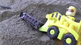 Car Toys Videos for Kids | Трактор спасает поезд из под завала