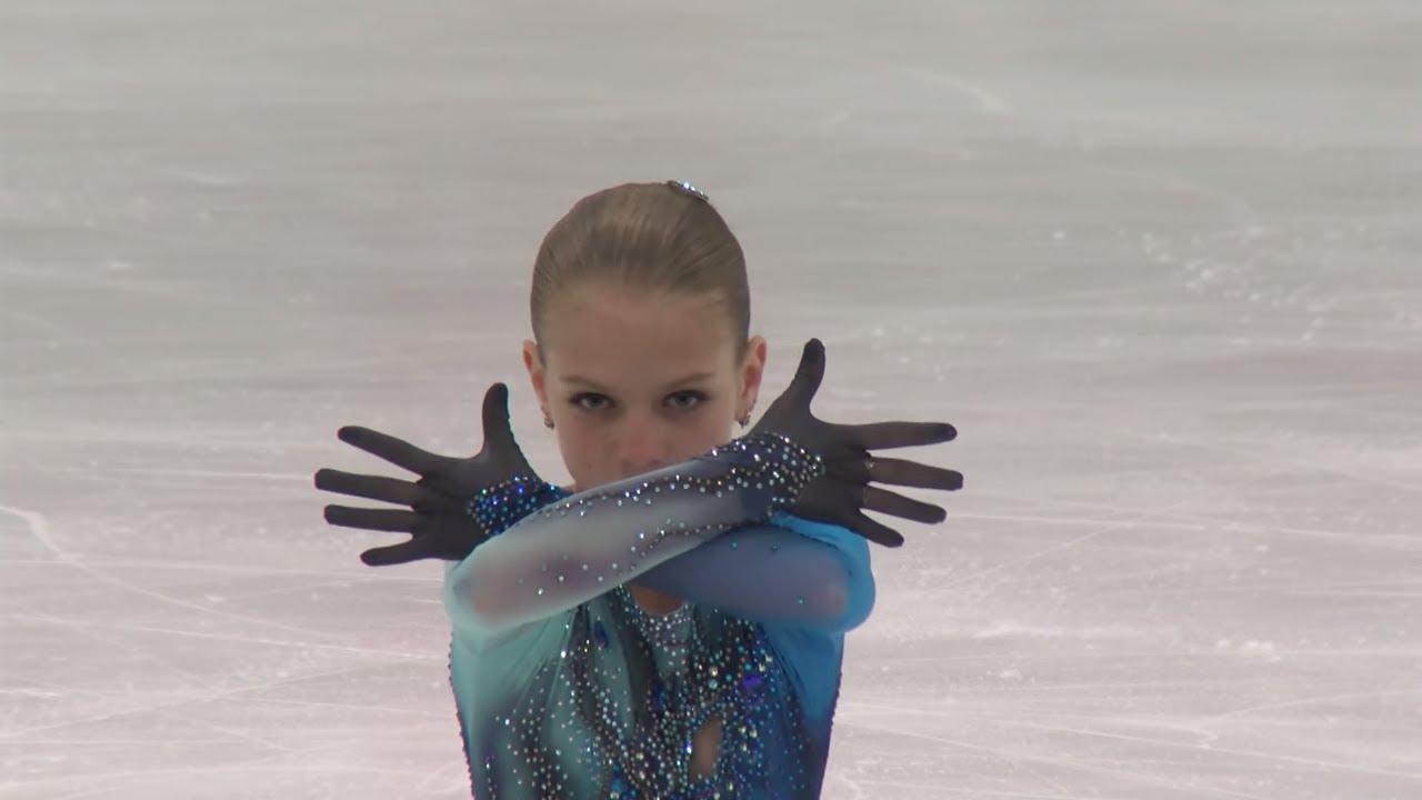 El patinaje artístico es una disciplina tremendamente complicada que incluye el hielo como elemento deslizante. Con la boca abierta nos dejó Alexandra Trusova con tan solo 13 años de edad. 2 cuadruples en la misma rutina. Es un salto que muchos consideran prácticamente imposible, de hecho, sólo una mujer lo había logrado hacer en la historia del patinaje artístico. Pues Trusova, no sólo hizo un cuádruple, sino que además agregó el primer 'cuádruple toe loop' de la historia en la misma actuación. Por supuesto, esos dos saltos de 1440 grados le aseguraron la medalla de oro del Campeonato Mundial Juvenil de patinaje artístico celebrado en Sofía (Bulgaria). Así fue la actuación completa.