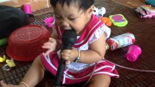 Bé tập hát karaoke