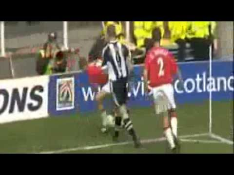 ROY KEANE THROWS PUNCH AT SHEARER
