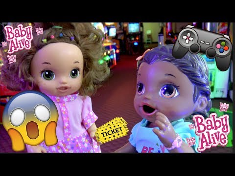 BABY ALIVE goes to the ARCADE! GAMES and PRIZES! The Lilly and Mommy Show. The TOYTASTIC Sisters.