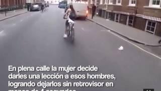 Ciclista se desquita del conductor que la acosó verbalmente en la calle