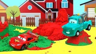 Молния Маккуин и Мэтр играют с кинетическим песком. Видео детям. Llightning McQueen and Kinetic Sand