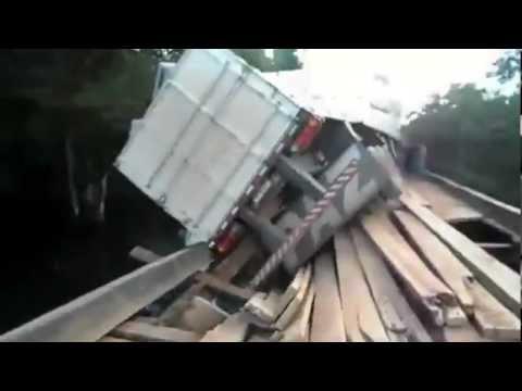 Caminhão cai em ponte de madeira