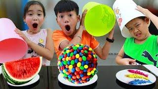 Кей притворяется, что играет с игрушками сюрпризами в конфетку для детей в веселой семейной игре
