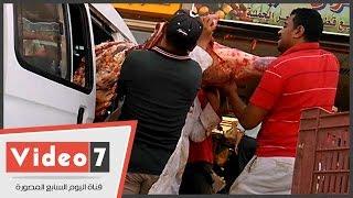 بالفيديو.. كارثة.. مجمع شهير ينقل اللحوم فى سيارة