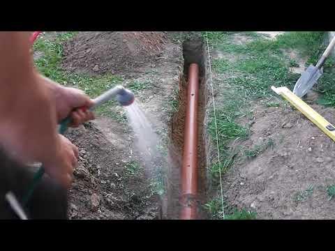 Самый простой способ сделать уклон канализационной трубы в траншее.