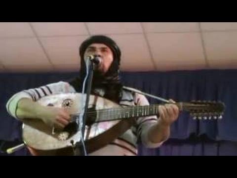 le Concert De Chanteur Kabyle Amirouche sur la Scène Du cabaret Sauvage