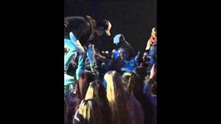 Justin Bieber leaves/walks the stage in rage after yelling at his fans