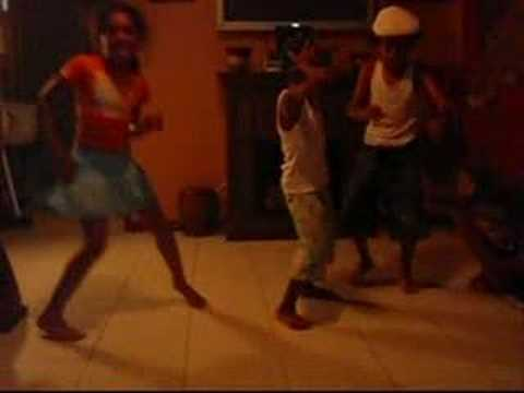 3 kids dancing to apple bottom jeans - YouTube