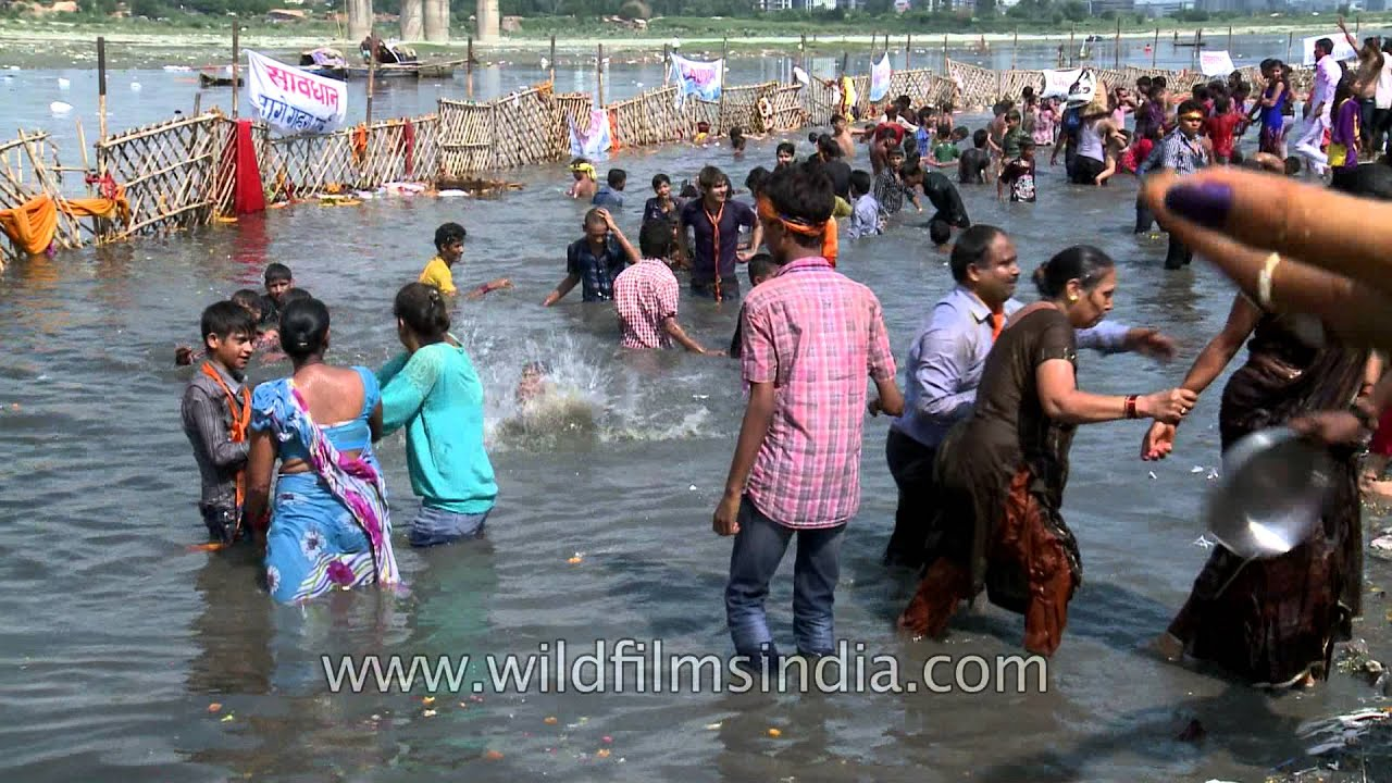 Devotees throng river Yamuna during Ganesh immersion