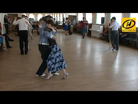 Китайские туристы устроили танцы на трассе из-за