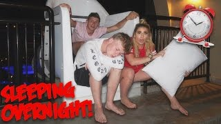 SLEEPING OVERNIGHT IN A WATERPARK!!  ( GETTING CAUGHT ) 😱😱😱