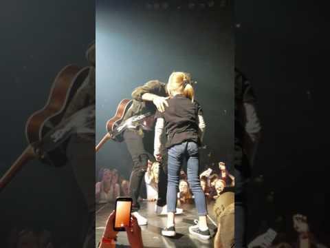 Thomas Rhett pulls little girl on stage - Duluth, MN