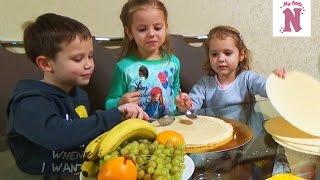 Настя Катя и Макс делают торт с Инной украшают конфетками  HARIBO  M&M's