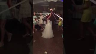 Девушка поймала букет невесты))))))