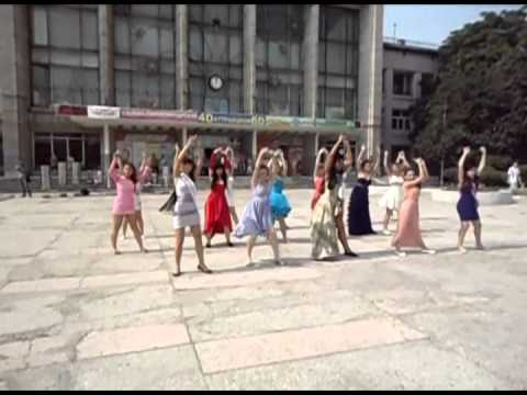 Видео: 23 06 2012  Флэшмоб с выпускницами 2012 г Комсомольск на Амуре