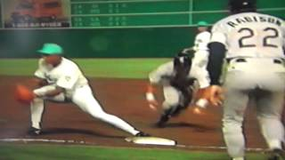 Benito Santiago Picks Gary Sheffield Off First Base!