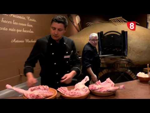 Elaboración de la receta de cordeo asado, en el Restaurante Maribel