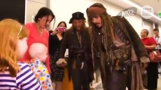 Jonny Depp besucht kranke Kinder als Jack Sparrow