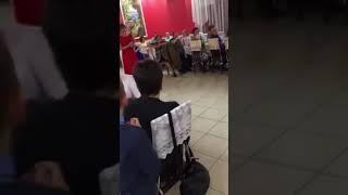 Мама поёт песню на свадьбу для дочери