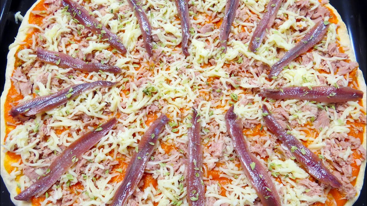 Pizza with anchovies and tuna - Pizza de anchovas e atum ...