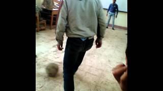 بالفيديو| طلاب يلعبون الكرة داخل الفصل.. والمُدرس