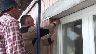 Как приклеивается элемент примыкания на оконную раму, обучение рабочих на стройке