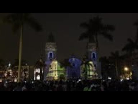 Thousands watch Xmas play projected Lima cathedral