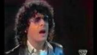 Anselmo Genovese canta il brano,