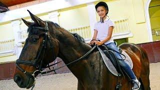 Развлечения для детей - подружка Света в конном клубе