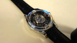 中央にトゥールビヨンが配置された腕時計です。 中央に配置するのは非常...