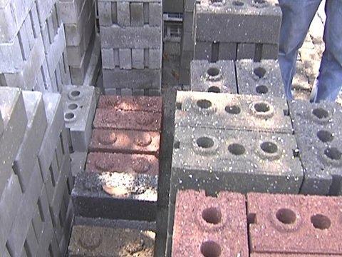 Saksi: Basurang plastic, ginagawang matitibay na eco bricks