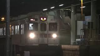 雪景色の夜明け前に運行、長野電鉄8500系上り一番列車。(ピンボケ有り)