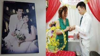 Cô Dâu 62 Tuổi Xúc Động Khi Chú Rể 26 Tuổi Giữ Nguyên Hình Cưới Với Chồng Quá Cố Ở Phòng Khách