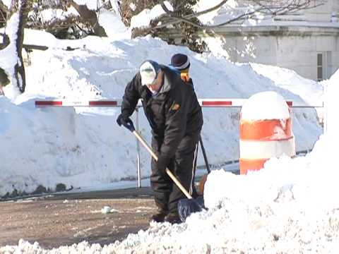 Record blizzards shut down Washington