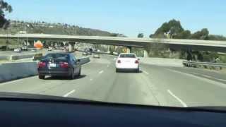 米国の高速道路を日本人旅行者が運転している光景。