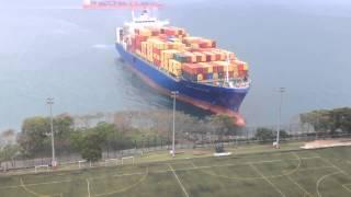 Жесть! Гигантское грузовое судно плывет прям на футбольное поле университета [Лучшее из лучших]