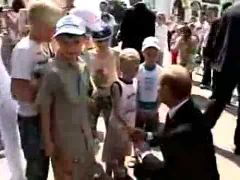 Владимир Путин целует мальчика в живот!