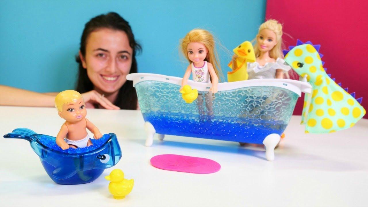 Barbie oyunları Sevcan ile.  Chelsea ve kardeşi banyo yapıyor