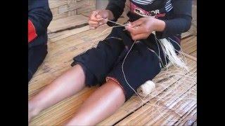 取り出した葛の繊維を紡ぎ、糸状にしていきます。 ⇒ http://manyumanya....