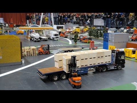 RC Forklift loads a Scania RC truck, Minitruckers, Mackdag 2015