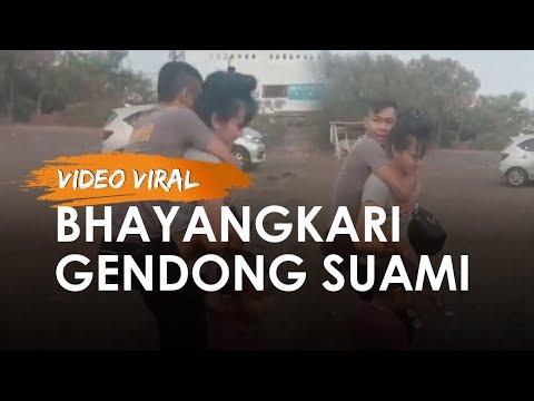 Video Viral Perjuangan Seorang Bhayangkari Gendong Suami Lumpuh Naik Perahu