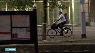 Deze beelden van fietsende premier Rutte gaan wereldwijd viral