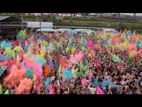 Farbpulver-Schlacht beim Holi Openair-Festival 2012 in Berlin