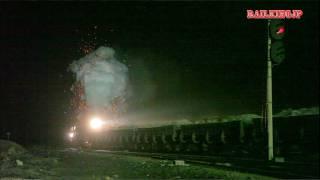 火の粉を撒き散らしながら爆走する建設型。 新彊ウイグル自治区・ハミ(...